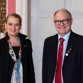 Douglas Stephan prend une photo avec la gouverneure générale.