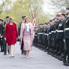 La présidente et la gouverneure générale inspectent la garde d'honneur.