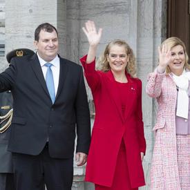 M. Jakov Kitarović, la gouverneure générale et la présidente de la République de Croatie saluent les membres du public qui ont assisté à la cérémonie d'accueil.