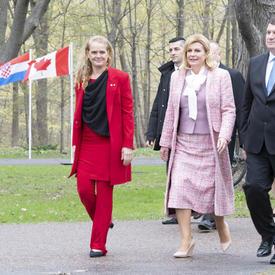 La gouverneure générale, la présidente de la République de Croatie et M. Jakov Kitarović marchent ensemble sur le domaine de Rideau Hall.