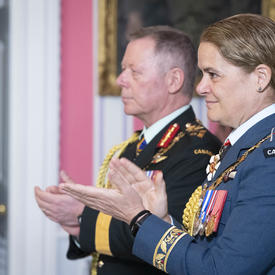 La gouverneure générale et le chef d'état-major de la Défense félicitent les récipiendaires.