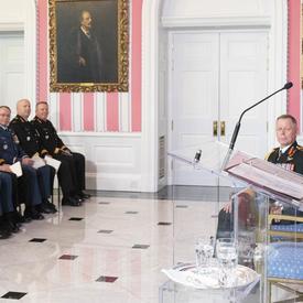 La gouverneure générale prononce une allocution à un podium