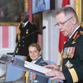 Le général Vance prononce une allocution