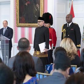 Son Excellence monsieur Abdul Kadir Jailani, Ambassadeur de la République d'Indonésie, est debut devant le publique.