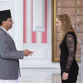 Son Excellence monsieur Bhrigu Dhungana, Ambassadeur de la République démocratique fédérale du Népal, a présenté ces lettres de créance.