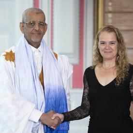 Son Excellence monsieur Sidi Mohamed Taleb Amar, Ambassadeur de la République islamique de Mauritanie, serre la main de la gouverneure générale.