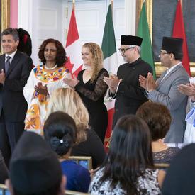 Les cinq nouveaux chefs de mission posent pour une photo de groupe avec la gouverneure générale.