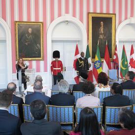 La gouverneure générale prononce un discours.