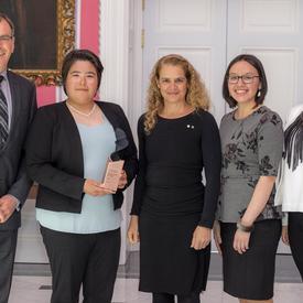 L'équipe de SmartICE, représentée par Trevor Bell, Shelly Elverum, Jenny Mosesie, Shawna Dicker, a posé pour une photo avec le gouverneur général.