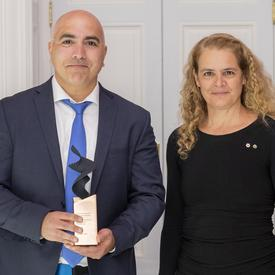Jad Saliba a posé pour une photo avec le gouverneur général.