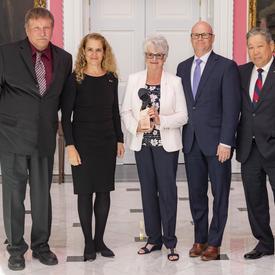 Sweet Dreams Social Impact Bond, représenté par June Draude, Eric Dillon, Walter Mah, Donald Meikle, prennent une photo de groupe avec la gouverneure générale.