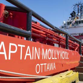 Vue de côté du navire rouge et blanc de la Garde côtière canadienne Captain Molly Kool.