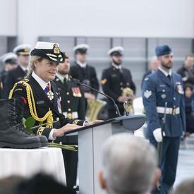 La gouverneure générale prononce une allocution à parti d'un podium.