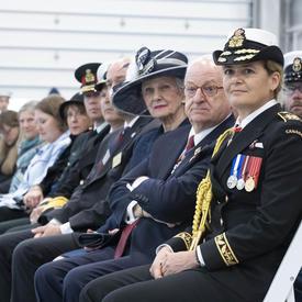 La gouverneure générale est assise dans l'auditoire.