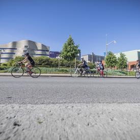 La gouverneure générale passe devant le Musée canadien de l'histoire à bicyclette avec d'autres participants.