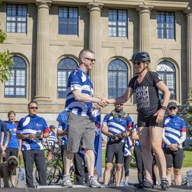 The Governor General shakes hands with a Navy Bike Ride organizer upon arriving at the event