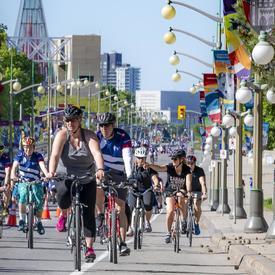 La gouverneure générale longe la promenade Sussex à bicyclette avec d'autres participants