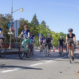 La gouverneure générale longe la promenade Sussex à bicyclette aux côtés des participants