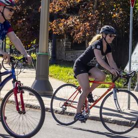 La gouverneure générale fait du vélo à côté d'une participante au Défi vélo de la marine.