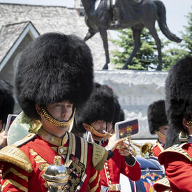 La Musique de la Garde de cérémonie joue devant la statue équestre de la reine Elizabeth II.