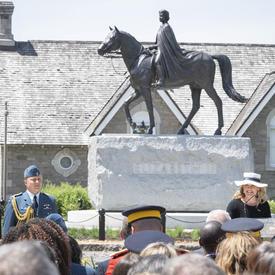 La gouverneure générale a prononcé une allocution devant la statue équestre de la reine Elizabeth II.