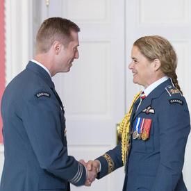 Le lieutenant-colonel Sexsmith serre la main de la gouverneure générale après avoir accepté sa médaille.
