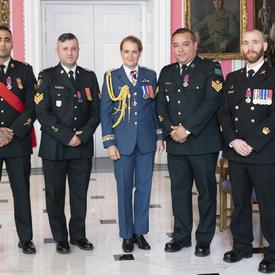 Le maître de 1re classe Charles Bressette, le sergent Andrea Karistinos et les caporaux-chefs Kashif Dar et Jesus Castillo prennent une photo avec la gouverneure générale.
