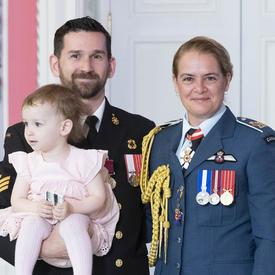 Le maître de 2e classe Matthew Compeau prend une photo avec sa fille et la gouverneure générale.