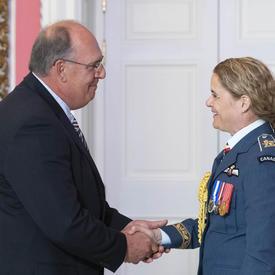 Martin Abud serre la main de la gouverneure générale et la remercie.