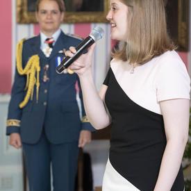 Mme Molly McGuire chante l'hymne national en compagnie de la gouverneure générale.