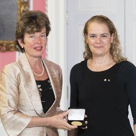Dr. Deborah Cook accepts the CIHR Gold Leaf Prize from the Governor General