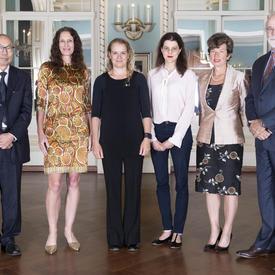 Les récipiendaires des Prix Feuille d'or 2018 et le président des IRSC posent pour une photo avec la gouverneure générale.