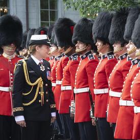Le gouverneur général inspecte la Garde de cérémonie, accompagné par le commandant.