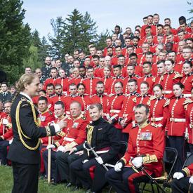 La gouverneure générale s'adresse intimement aux membres de la Garde de cérémonie, quelques instants après la photo de groupe.