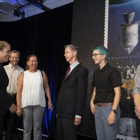 La gouverneure générale rencontre des gens qui ont travaillé sur le timbre Apollo 11.