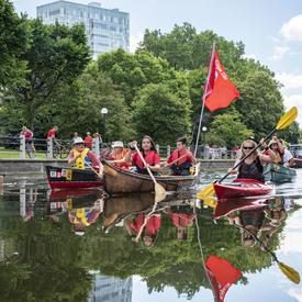 La gouverneure générale descend le canal en kayak et d'autres personnes l'accompagnent en canot.