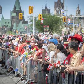Les rues d'Ottawa sont remplies de foules.