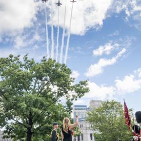 Les Snowbirds des Forces canadiennes ont fait un défilé aérien.