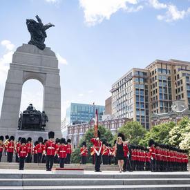 La gouverneure générale a inspecté la garde d'honneur au Monument commémoratif de guerre du Canada.