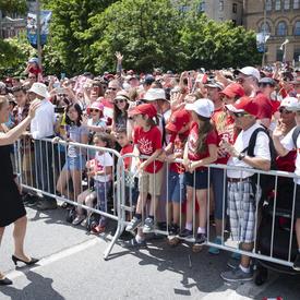La gouverneure générale a salué les gens alors qu'elle se rendait sur la Colline du Parlement.