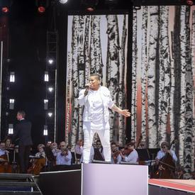 La chanteuse canadienne Shawnee a fait partie du spectacle du midi de la fête du Canada sur la Colline du Parlement.