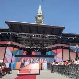 La gouverneure générale a prononcé une allocution au spectacle du midi de la fête du Canada sur la colline du Parlement. L'astronaute canadien David St-Jacques s'est adressé à la foule par vidéo.
