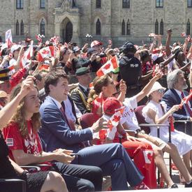 La gouverneure générale et le premier ministre ont regardé le spectacle en portant des drapeaux canadiens.