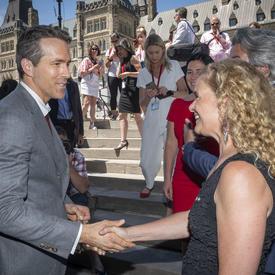 La gouverneure générale a rencontré l'acteur Ryan Reynolds sur la Colline du Parlement.