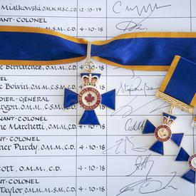 Une photo des médailles de l'Ordre du mérite militaire.