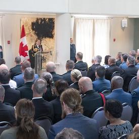 Une photo de la salle où la cérémonie a eu lieu, pleine d'invités.