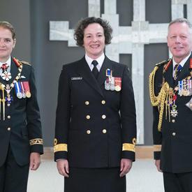 Le lieutenant-colonel Catherine Jocelyne Marchetti prend une photo avec la gouverneure générale et le chef d'état-major de la défense.