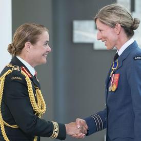 Le lieutenant-colonel Catherine Jocelyne Marchetti serre la main de la gouverneure générale.