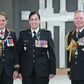 Le capitaine Maryse Yolande Nancy Guay prend une photo avec la gouverneure générale et le chef d'état-major de la défense.