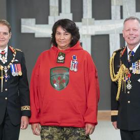 Le ranger Linda Marie Kamenawatamin prend une photo avec la gouverneure générale et le chef d'état-major de la défense.